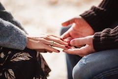 E Fokus auf Händen Konzept des Valentinsgrußtages stockbild