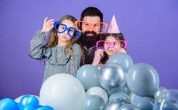 E Freundliche Familie lustige Parteizusätze tragen Dieses ist Datei des Formats EPS10 Töchter benötigen den Vater, der aktiv an i lizenzfreie stockbilder