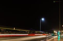 E Fugas e povos do carro que cruzam a rua em Lisboa na noite foto de stock royalty free