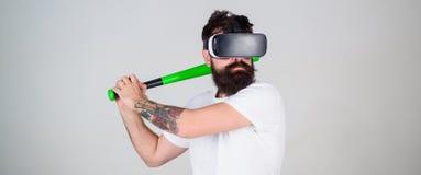 E Gamer med hipsterskägget som spelar baseball, sport Fotografering för Bildbyråer