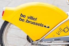 E 02 19: Geel Publiek die Fietsen in Brussel België huren stock afbeeldingen