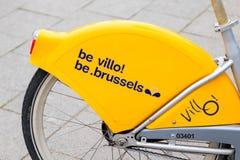 E 02 19: Geel Publiek die Fietsen in Brussel België huren royalty-vrije stock afbeeldingen