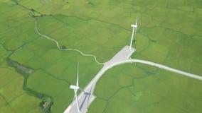 E Generador de viento en la opinión aérea de la estación de la energía Molino de viento almacen de video