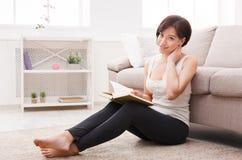 E Giovane donna felice con un libro Fotografia Stock Libera da Diritti