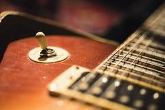 E-Gitarre auf dunklem Hintergrund stockfotografie