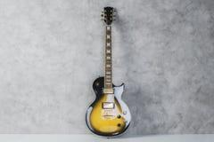 E-Gitarre auf konkretem Hintergrund lizenzfreies stockfoto
