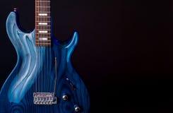 E-Gitarre, dunkelblauer Woodgrain, Schnur 6 lokalisiert auf Schwarzem stockfotos