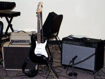 E-Gitarre mit Amperen und Mic Setup For Performance stockbilder