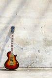 E-Gitarre vor einer Weinlesewand stockfoto
