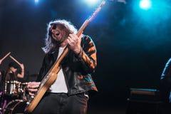 E-Gitarren-Spieler mit dem Rock-and-Roll-Band, das Hardrockmusik durchführt Lizenzfreies Stockbild