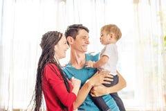 E Gladlynt och modern ung familj arkivfoton