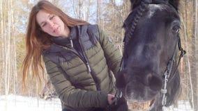 E Glimlachende vrouw die een het glimlachen paard berijden stock videobeelden