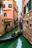 E Gondolier dirigeant la visite romantique à Venise, Italie images libres de droits