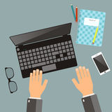 E Händer för bästa sikt, bärbar dator, anteckningsbok, blyertspenna, gla vektor illustrationer