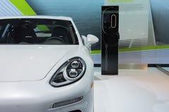 E-híbrido 2015 de Porsche Panamera S con la estación del vatio en la exhibición Fotografía de archivo