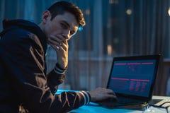 E Hackerangriffe und Diebstahl von Zugangsdatenbanken mit Passw?rtern Abstrakter Hintergrund mit Verschluss und Entwurf stockfoto
