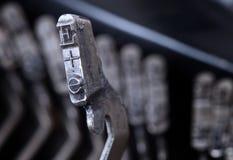 E-hammaren - gammal manuell skrivmaskin - förkylningblått filtrerar Arkivbild