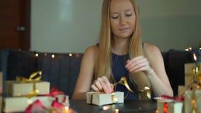 E Heden in ambachtdocument wordt verpakt met een rood en gouden lint dat voor stock video