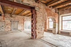 E Het Binnenland van de zolderstudio in oud huis Grote vensters, baksteen rode muur Huis stock foto
