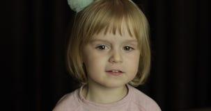 E Het glimlachen van het meisje binnen Het schot van het portret stock videobeelden