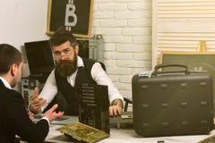 E Homens de negócios no escritório com símbolo do bitcoin bearded fotografia de stock