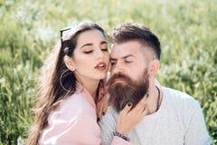E Homme barbu d'étreinte sensuelle de femme sur le pré d'été Perdu dans l'amour et la passion Les couples dans l'amour détendent  Photographie stock libre de droits