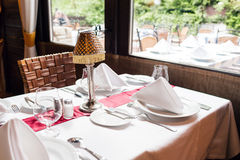 E I vetri vuoti hanno impostato in ristorante Parte dell'interiore r fotografie stock
