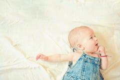 E infância e felicidade Menina pequena com cara bonito parenting Retrato da criança pequena feliz imagens de stock