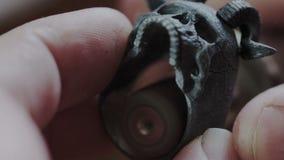 E Jeweler που γυαλίζει το διαμορφωμένο δαχτυλίδι κρανίο μετάλλων με την εσωτερική πλευρά Λείανση εσωτερικών με την ειδική περιστρ απόθεμα βίντεο