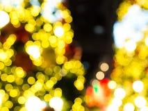 E Kerstmis bokeh achtergrond De achtergrond van het onduidelijke beeld bokeh Kerstmistak en klokken Stock Foto's