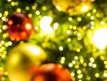 E Kerstmis bokeh achtergrond De achtergrond van het onduidelijke beeld bokeh Kerstmistak en klokken E Stock Foto's