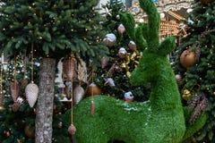 E Kerstmisspeelgoed op de groene boom met sneeuw r royalty-vrije stock afbeeldingen