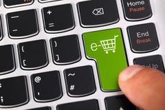 E-kommers shoppingvagn Arkivfoto