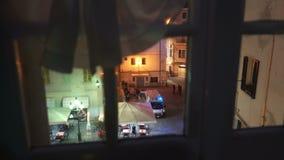 E Krankenwagenauto auf der Straße Die Ansicht vom Fenster stock video footage