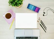 E Kreativer, modischer, künstlerischer Spott oben mit Papier, Kaffee, Notizbuch oder Tastatur, Kopfhörer, ein gelber Bleistift stockfotos