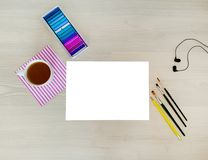 E Kreativer, modischer, künstlerischer Spott oben mit Weißbuch, Tasse Kaffee, Kopfhörer, ein gelber Bleistift, Zeichenstifte lizenzfreie stockfotografie