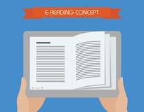 E-läsning begreppsmässig illustration Hållande minnestavla för hand med boken på skärmen Arkivfoton