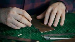 E L'artigiano ha tagliato un pezzo di cuoio Pelletteria fatta a mano archivi video