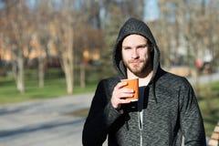 E L'essai de matin d'homme boit le fond urbain de café En prenant le moment appréciez le jour Sportif détendant avec photo libre de droits