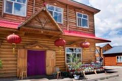E la città eleganza della casa dell'azienda agricola di Ergunaen di quantità della riva del fiume di piccola Immagine Stock