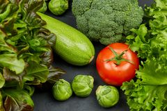 E La vue à partir du dessus Ensemble de légumes frais r photographie stock libre de droits