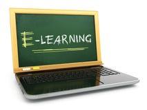 E-laerning教育概念 有黑板和白垩的膝上型计算机 免版税库存图片