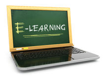 E-laerning edukaci pojęcie Laptop z blackboard i kredą Obraz Royalty Free