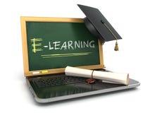 E-laerning utbildningsbegrepp Bärbar dator med den svart tavlan, mortelboa Arkivbilder