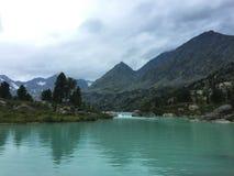 E Lago della montagna del turchese Montagne di Altai, Siberia, Russia fotografia stock libera da diritti