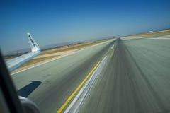 E Landa landningsbana-vingen boeing 737 8AS arkivbilder