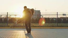 E Langsame Bewegung Paare in der Liebe am Sonnenuntergang stock footage