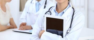 E Latinamerikan eller latin - amerikansk personal i medicin tålmodig arkivbilder