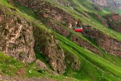 E Le funiculaire rouge abaisse le c?ble de fer Beau paysage de montagne de Caucase images libres de droits