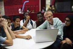 E-learning degli studenti con il computer portatile Fotografia Stock Libera da Diritti